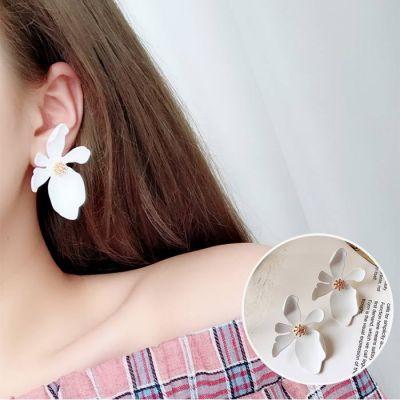 Daisy Large Petals Earrings White